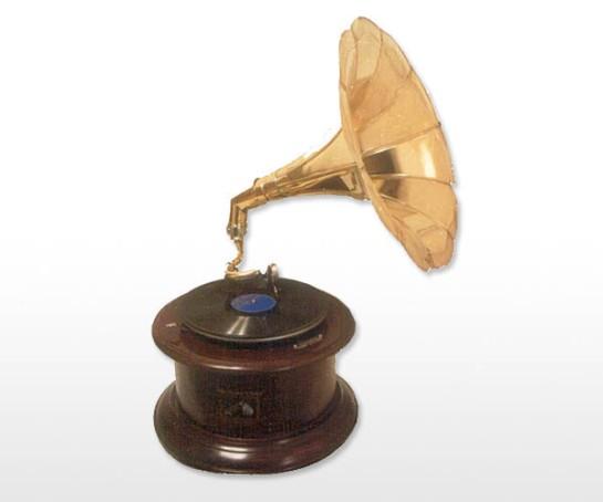 Aakratibrass com round base gramophone
