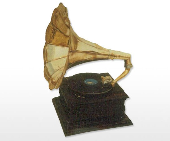 Aakratibrass com square base gramophone