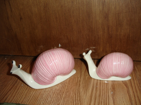 doyoudesigntoo wordpress com Pink plaster ceramic mid-century antique garage sale pink snails back