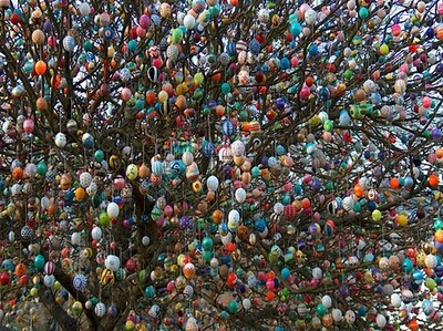 Volker Kraft's Easter Tree Decorated by 9500 Eggs 4