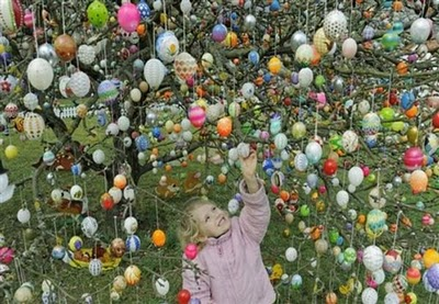 Volker Kraft's Easter Tree Decorated by 9500 Eggs 6