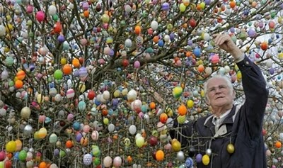 Volker Kraft's Easter Tree Decorated by 9500 Eggs 7